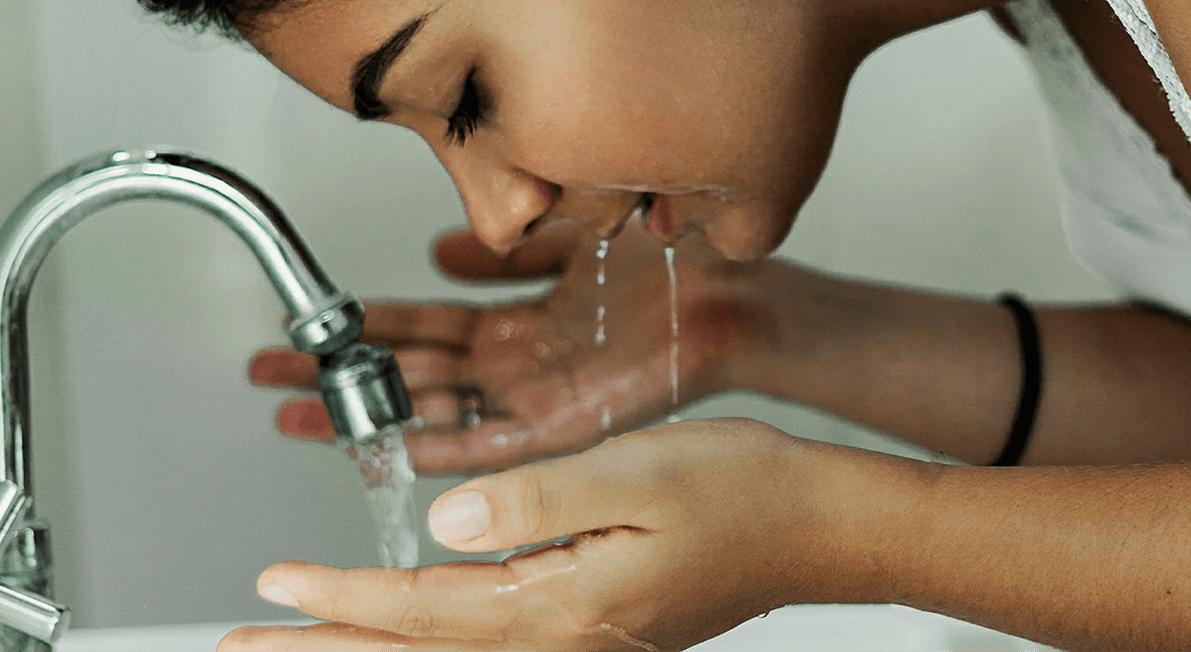 mulher a lavar o rosto