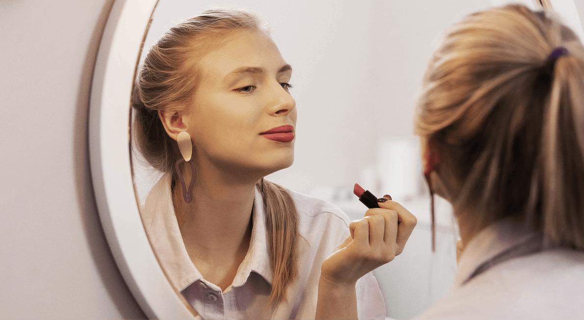 mulher a maquilhar-se frente ao espelho